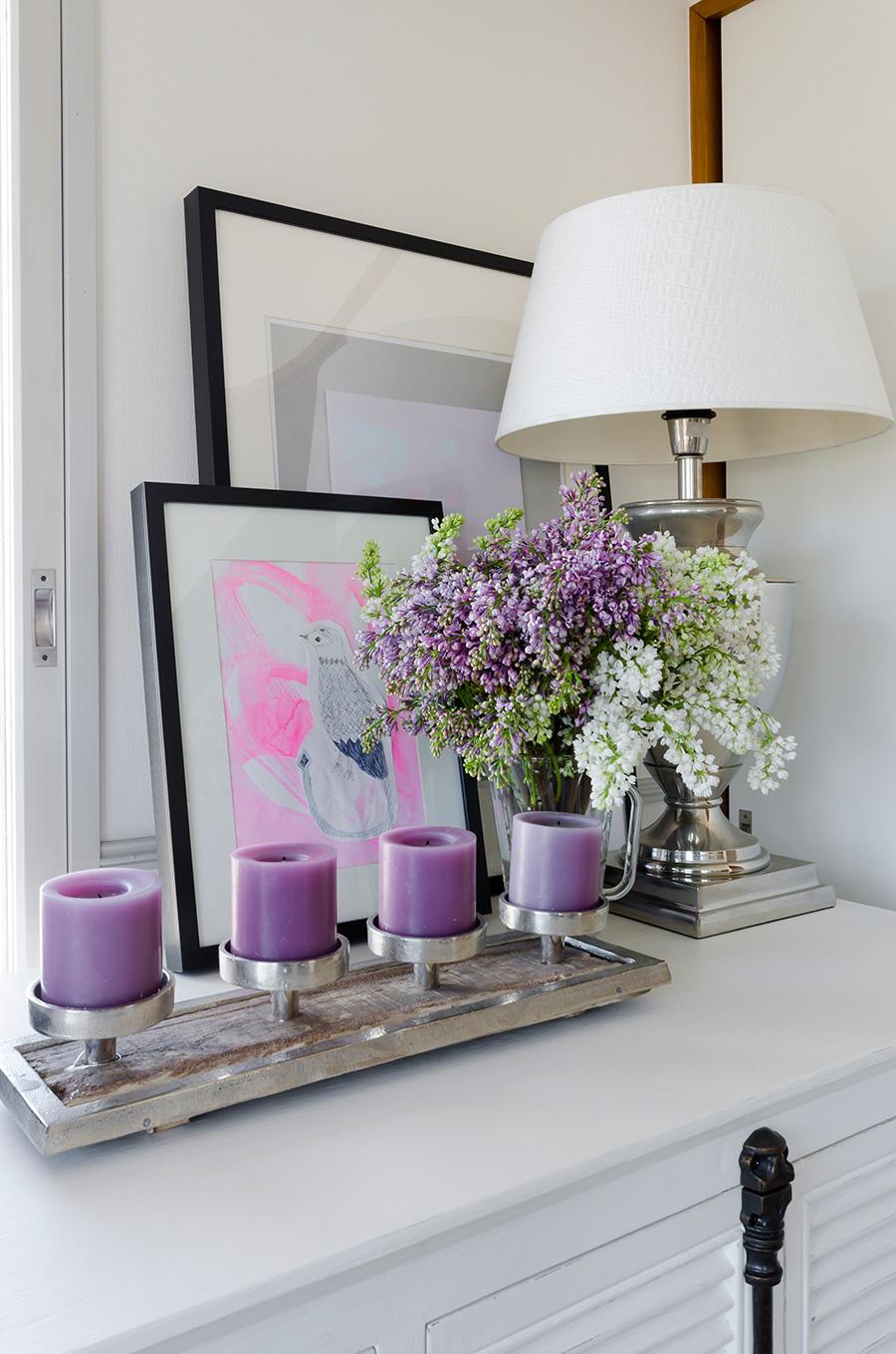 花は紫のキャンドルに合わせてライラックを。色を混ぜ合わせないアレンジもプロの技。