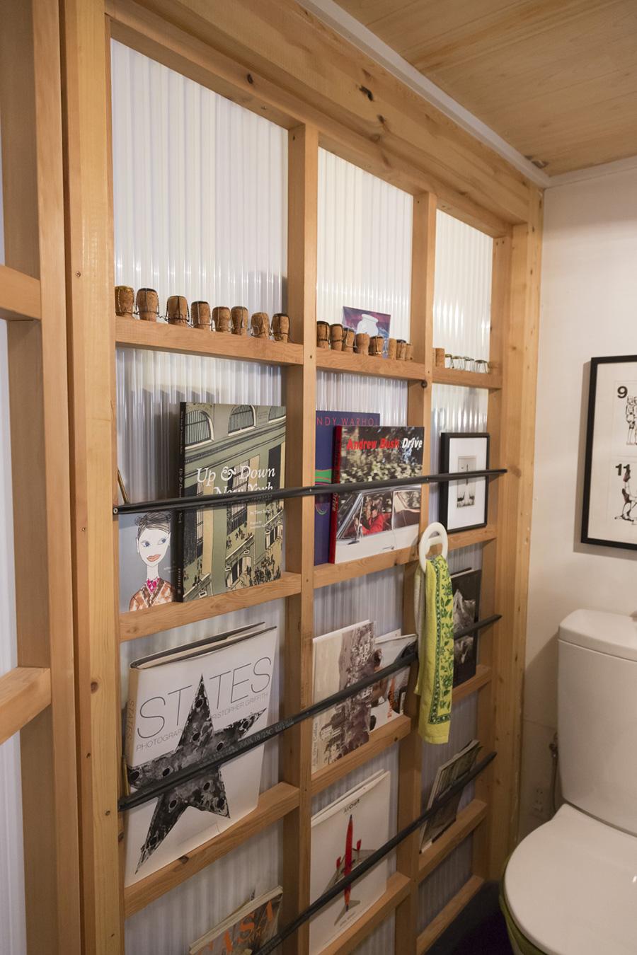 波板を貼った桟に自転車用のチューブを渡し、洋書の棚に。半透明の壁&バスルームとつながる窓が開いているので開放感も。