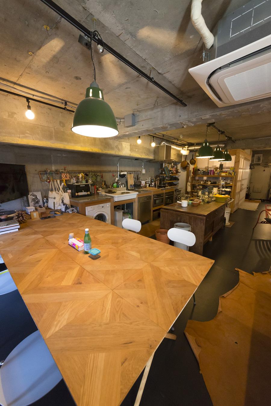 テーブルの天板、通常は床材として使われているもの。寄木細工のフローリングをテーブルにしてしまうアイディア。