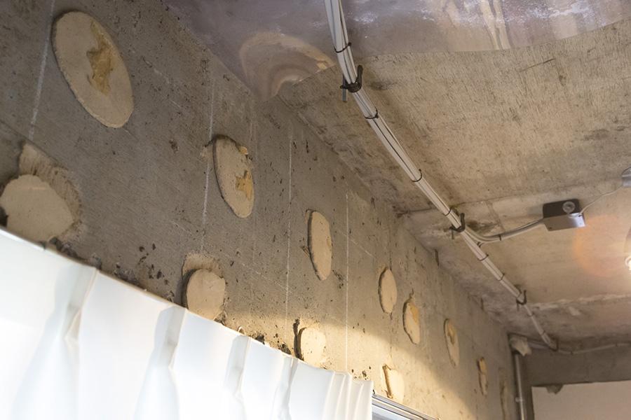 壁材を剥がした時に残った接着剤の表情がおもしろかったのでそのまま残したそうだ。