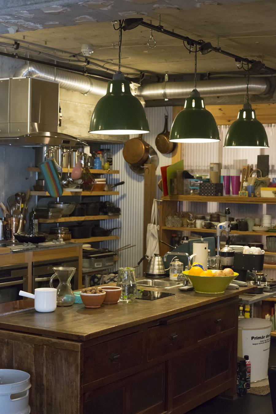 古い家具の天板を抜いて、シンクや電気コンロを埋め込んでキッチンカウンターにしてしまう荒業。