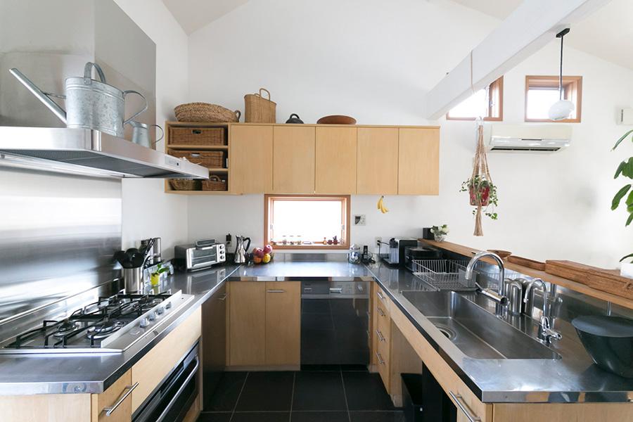 機能性の高さにこだわったキッチン。統一された色彩が心地よさを生む。