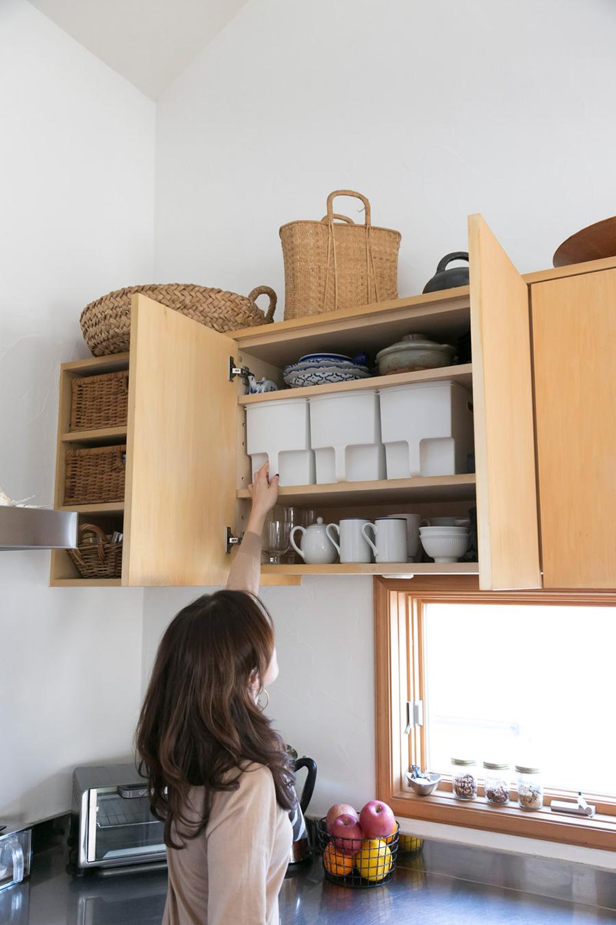 いつも使うものは取り出しやすい位置に。収納ケースもシンプルな白を選び、中身を隠している。