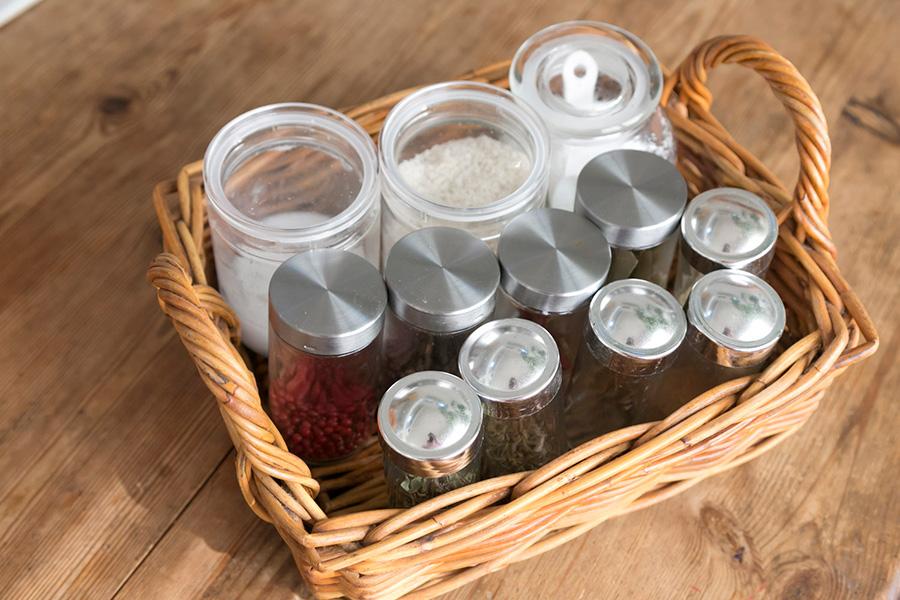 カラフルな容器に入っている市販のスパイス類は、すべてシルバー×クリアの容器に移し替え。このひと手間が大事。
