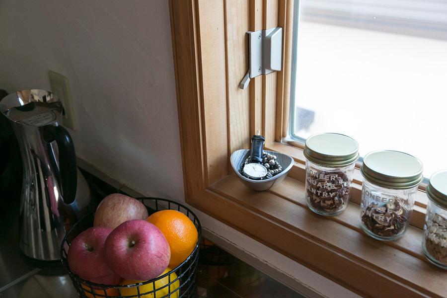 帰宅後、すぐにキッチンに立つときのために、時計などの小物入れを窓際に。部屋を移動する手間を省略して時短に。