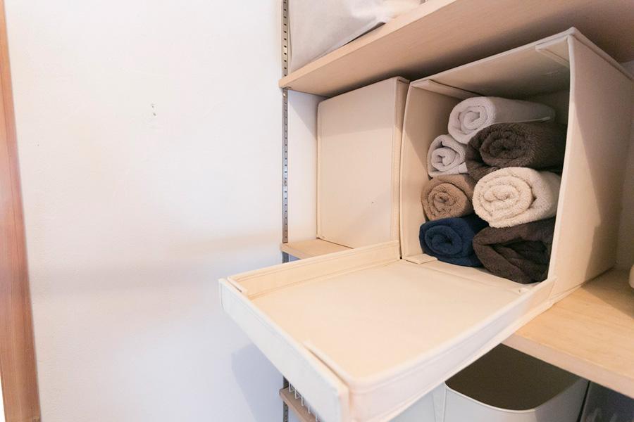 タオルは丸めてしまっておくと取り出しやすい。蓋付きボックスは横に寝かせておけば、棚から取り出して蓋を開ける、という手間が省ける。
