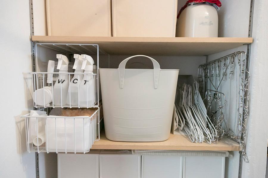 掃除、洗濯グッズはこちらの棚に。取り出しやすいよう引き出しの棚も活用。液体洗剤は白い容器に詰め替えることで色の氾濫を防いでいる。