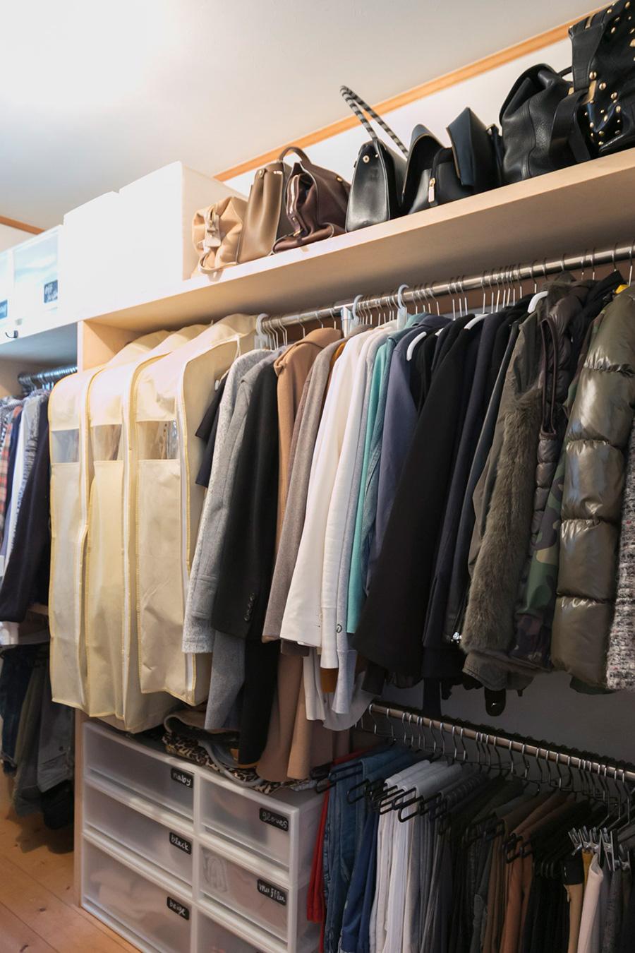 トップスとボトムスを上下に分けて掛ける。空間が無駄なく使え、余裕を持って洋服を掛けられる分、服の美しさも保たれる。