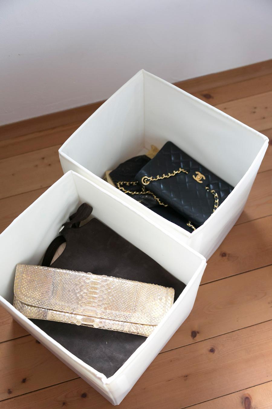いつも使う大きめのバッグは棚の上に。たまにしか使わない小ぶりのバッグはカゴに入れて収納。