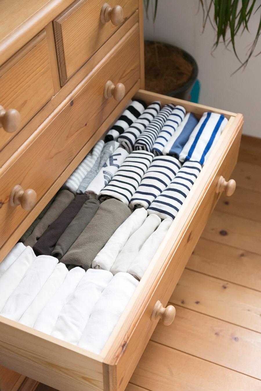 Tシャツ類はチェストの高さに合わせて折りたたみ、立てて収納。色別に分けると見た目もきれいで選びやすい。