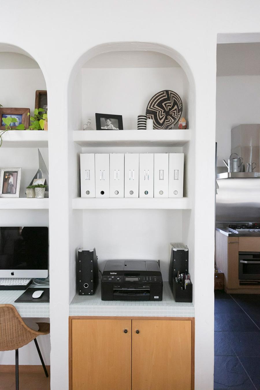 実用的なものを収めながら、すっきりと美しい飾り棚。下段を重い黒色、上段を軽い白色で分けたのも計算の上。