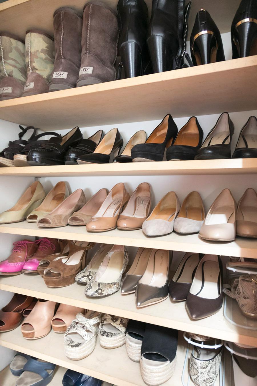 靴からその日のファッションを決めるというほど、靴が大好きな鈴木さん。シューズクローゼットは、片足ずつずらすことで収納力を高めている。つま先を前に向けているのは「私を選んで」という靴のアピールを感じるからなのだとか。