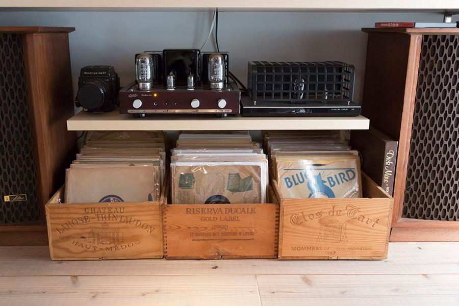 ワインの木箱に収納したSPレコード。スリーブのデザインも面白い。SPはStandard-Playの略。78回転で聴くレコード盤だ。