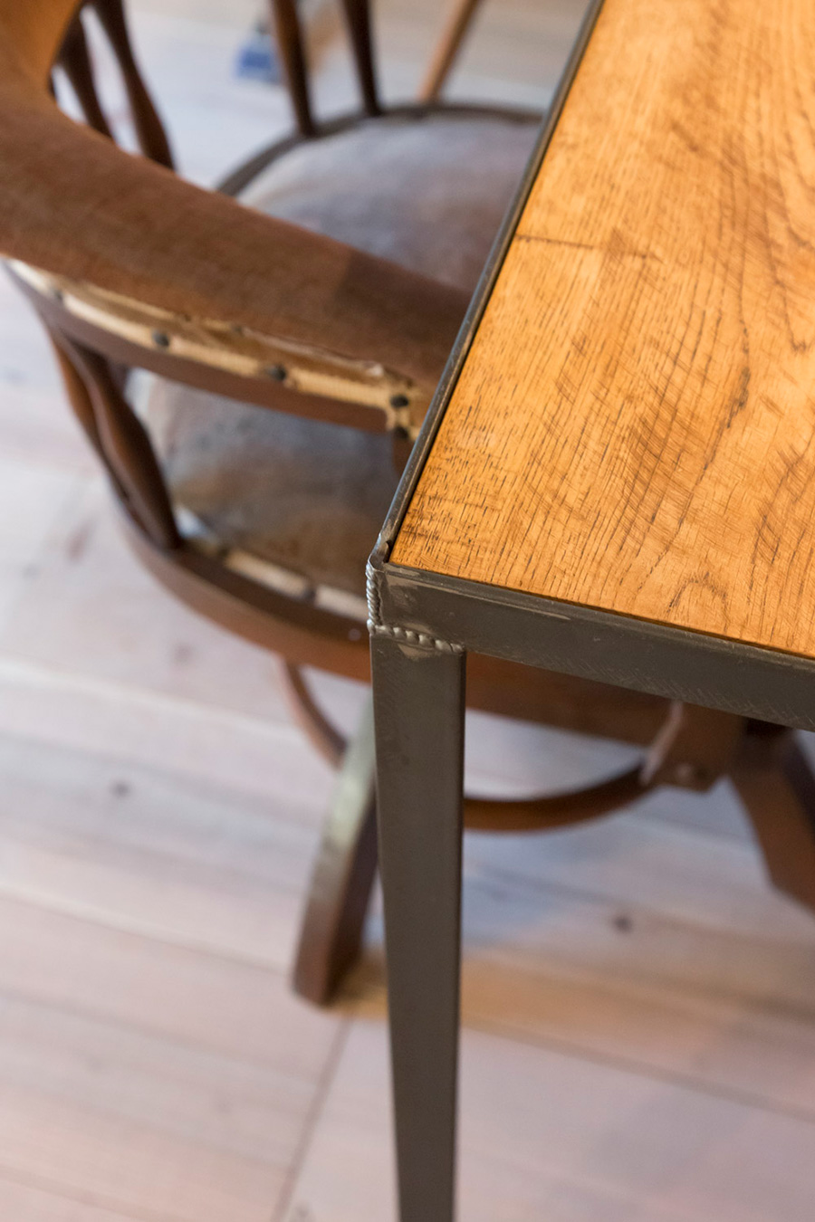 アイアンの脚と木の天板のインダストリアルな雰囲気のテーブルは、この家のために作ってもらったもの。