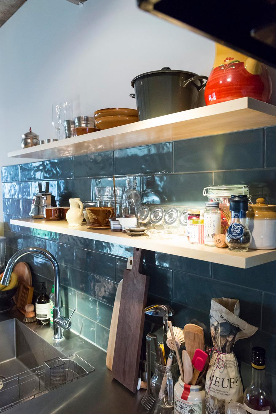 「キッチンのタイルのブルーの色がとても気に入っています。このブルーから部屋のイメージを作っていきました」