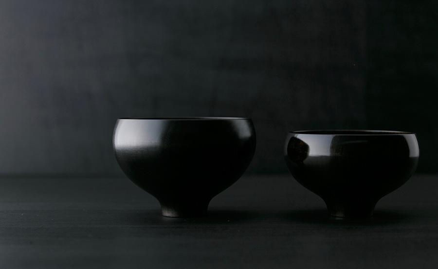 左から アエカ ラウンド汁椀 φ123 H80mm ¥4,800 ラウンド飯椀 φ115 H70mm ¥4,200