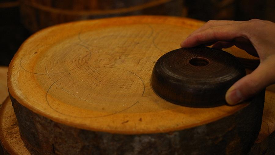 山中漆器の伝統技法、縦木取り。原木を輪切りにして、中心の周りを円を描くように木取する。木の成長に逆らわずに加工するため、狂いが少なく丈夫な漆器になる。