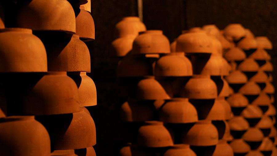 輪積みという積み方で荒挽を乾燥。数が数えやすく、倒れにくく、まんべんなく空気を通す。