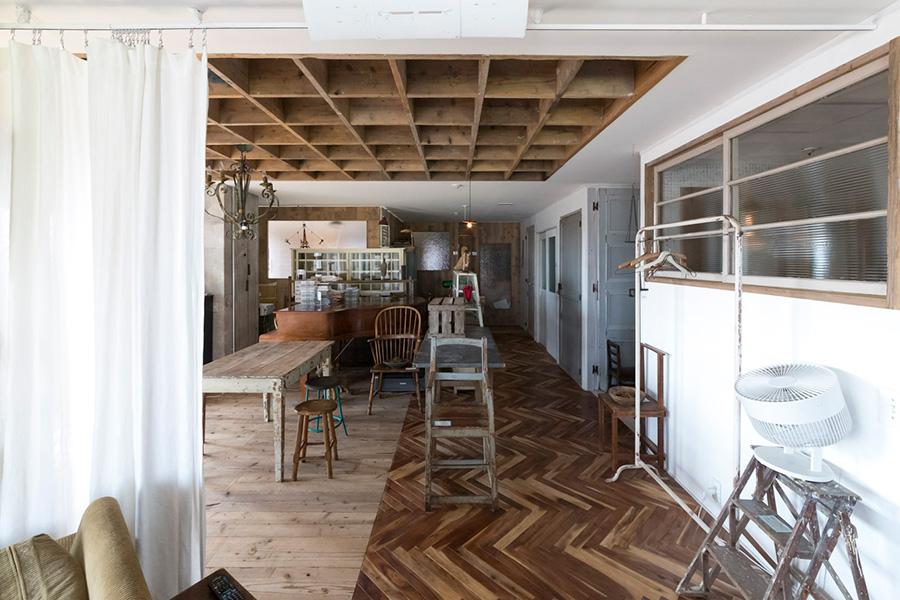 床材が、クラシックなヘリンボーンだったり、柔らかな印象の足場板だったりと、場所によって表情が変わる。