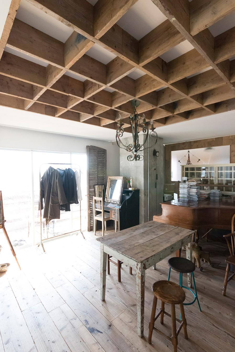天井の一部に古材をスクエアに貼り、空間にニュアンスを演出。
