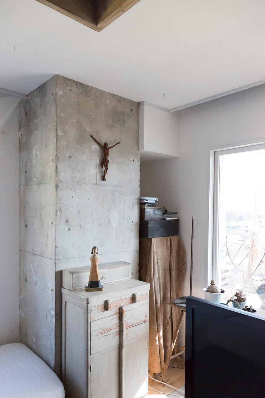歴史を感じさせるヴィンテージの家具と、ぬくもりが感じられるクラフトが、絶妙なバランスで同居している。