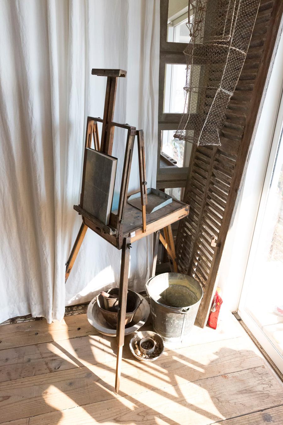 引き出し付きののイーゼルは、約200年前のアンティーク。