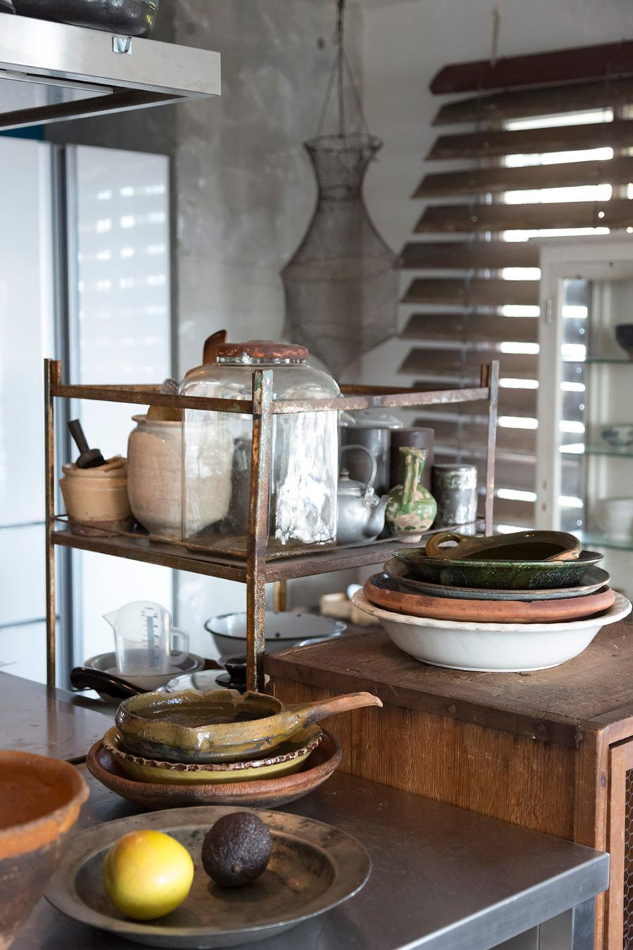 日本の茶筒や食器棚、ヨーロッパの器……、多治見さんのセンスで集められた東西のものがしっくりと同居している。