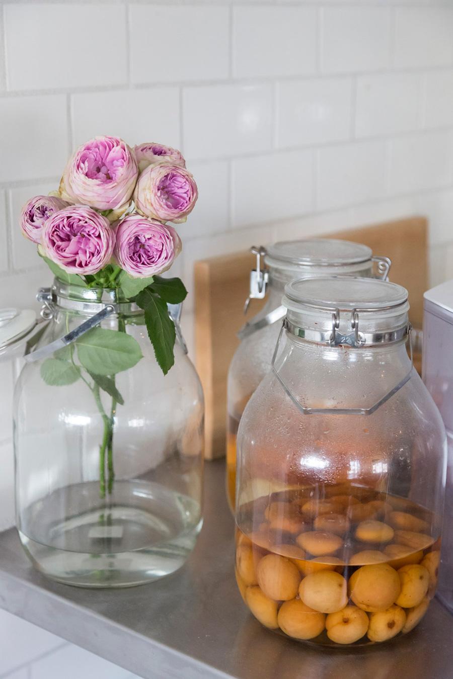 華奢な把手が素敵な保存瓶に、そのまま花を挿すことも。オレンジの梅と、ピンクの花のコントラストがいい。