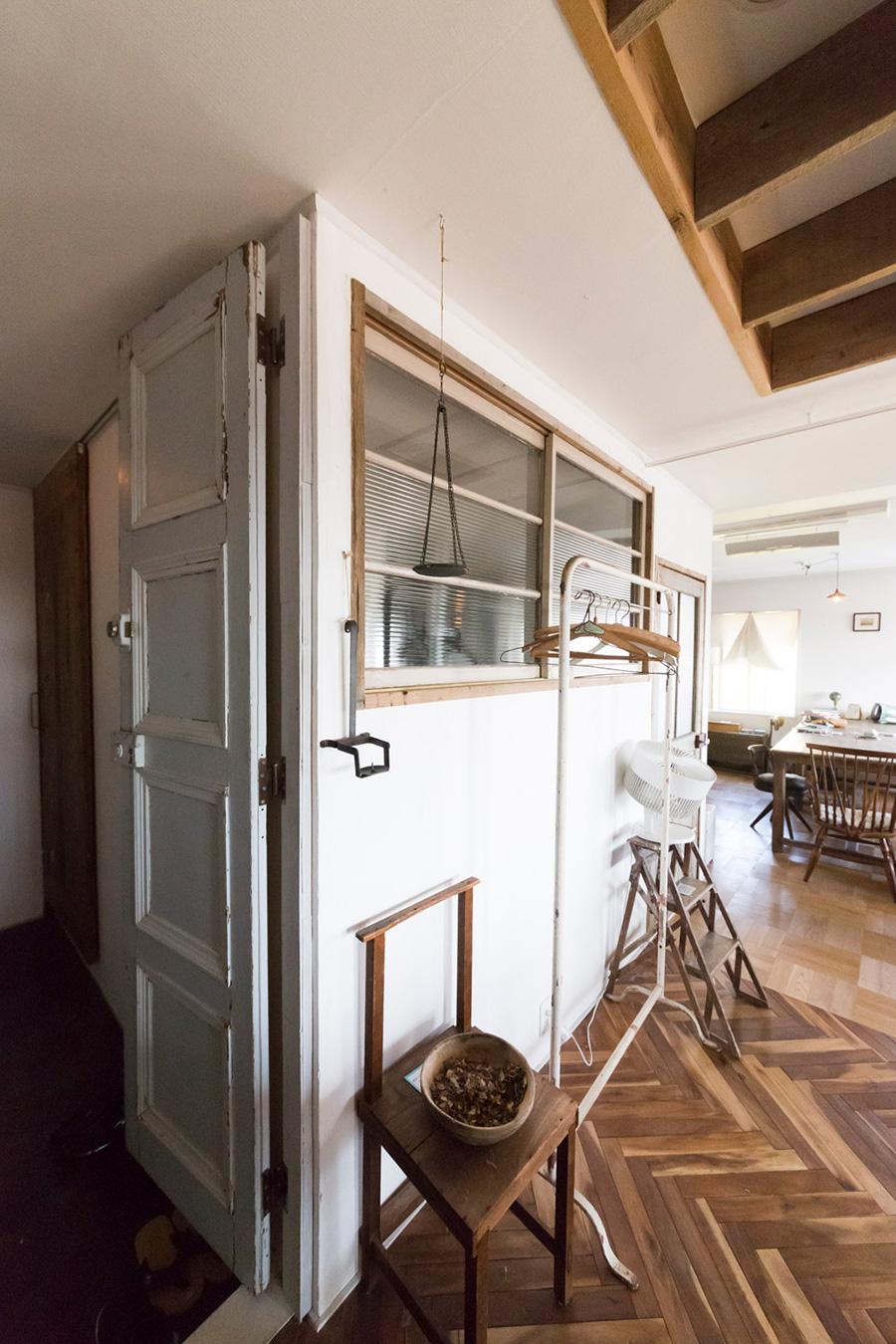 多治見さんが集めていた古いガラスの引き戸や扉を使ってリノベーション。ガラス戸の奥がバスルームになっている。