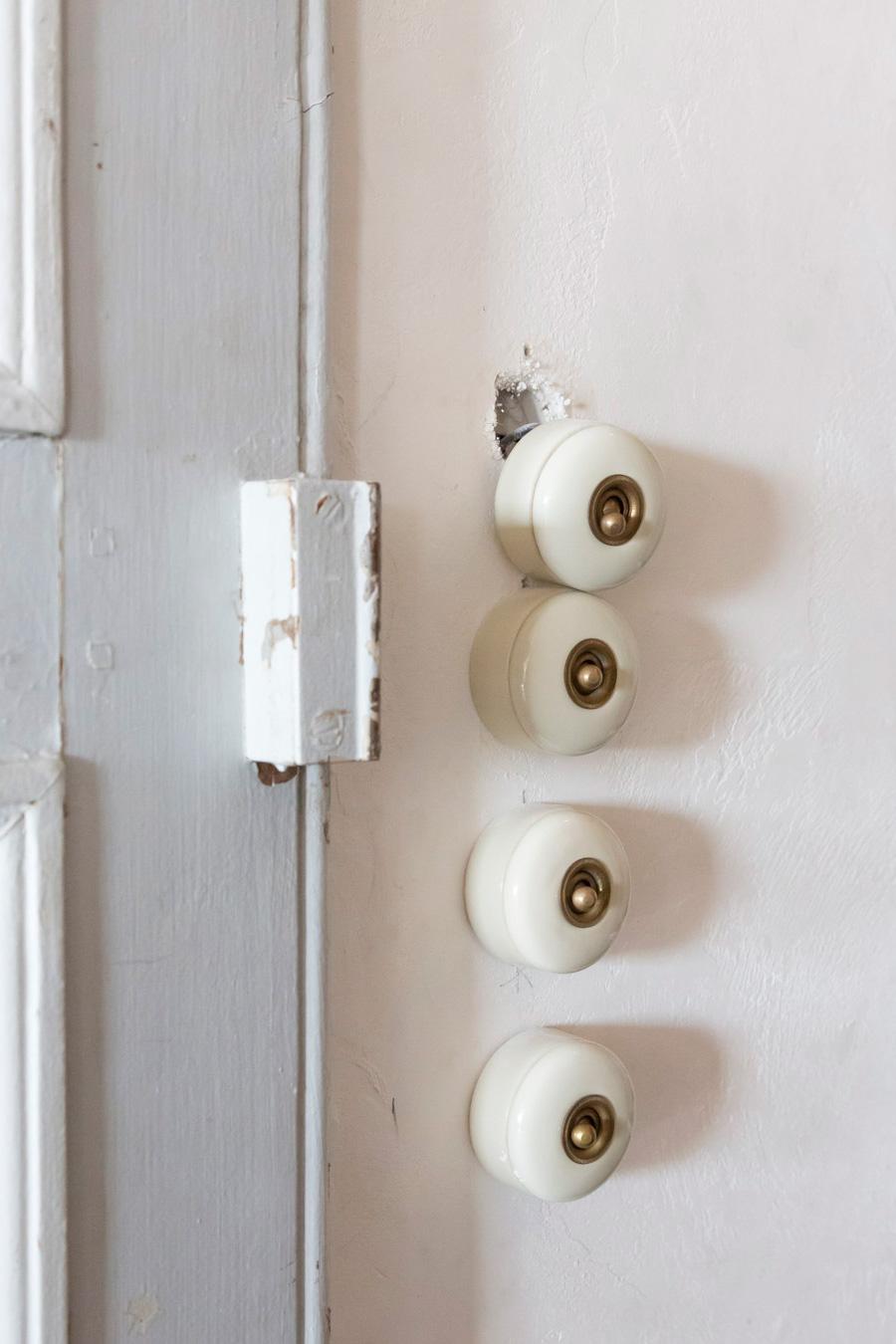 コロンとした形が可愛いアンティークの陶器製のスイッチ。スイッチひとつで部屋の表情が豊かになる。