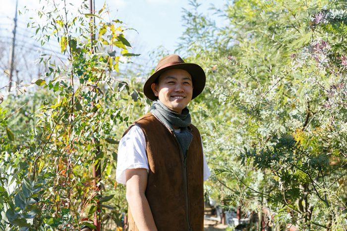 SOLSO代表の齊藤太一さん。オリジナルのガーデニングツールやウェアも制作。植物との暮らしをトータルでプロデュースしている。