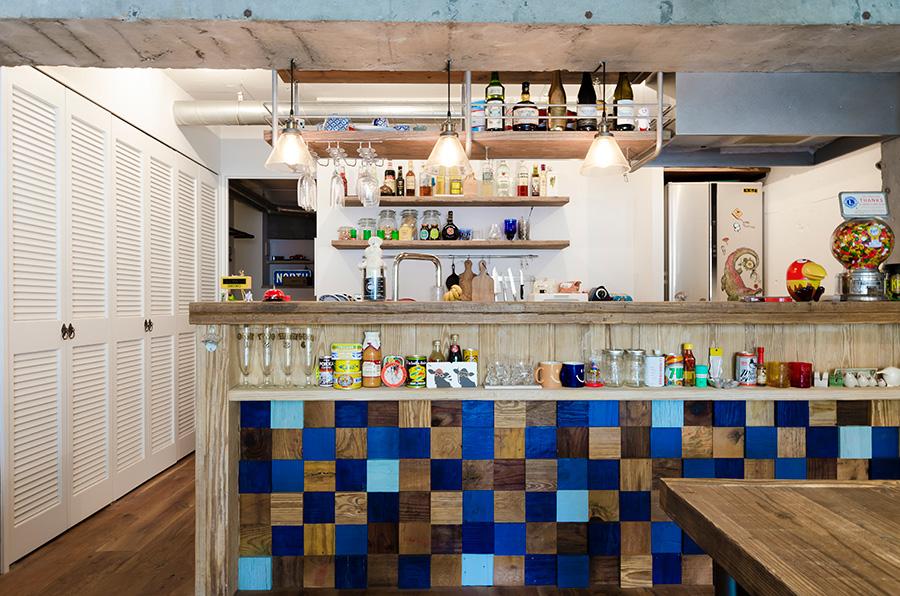 カラフルな積木を組み合わせたキッチンカウンターの壁面はご主人のこだわり。