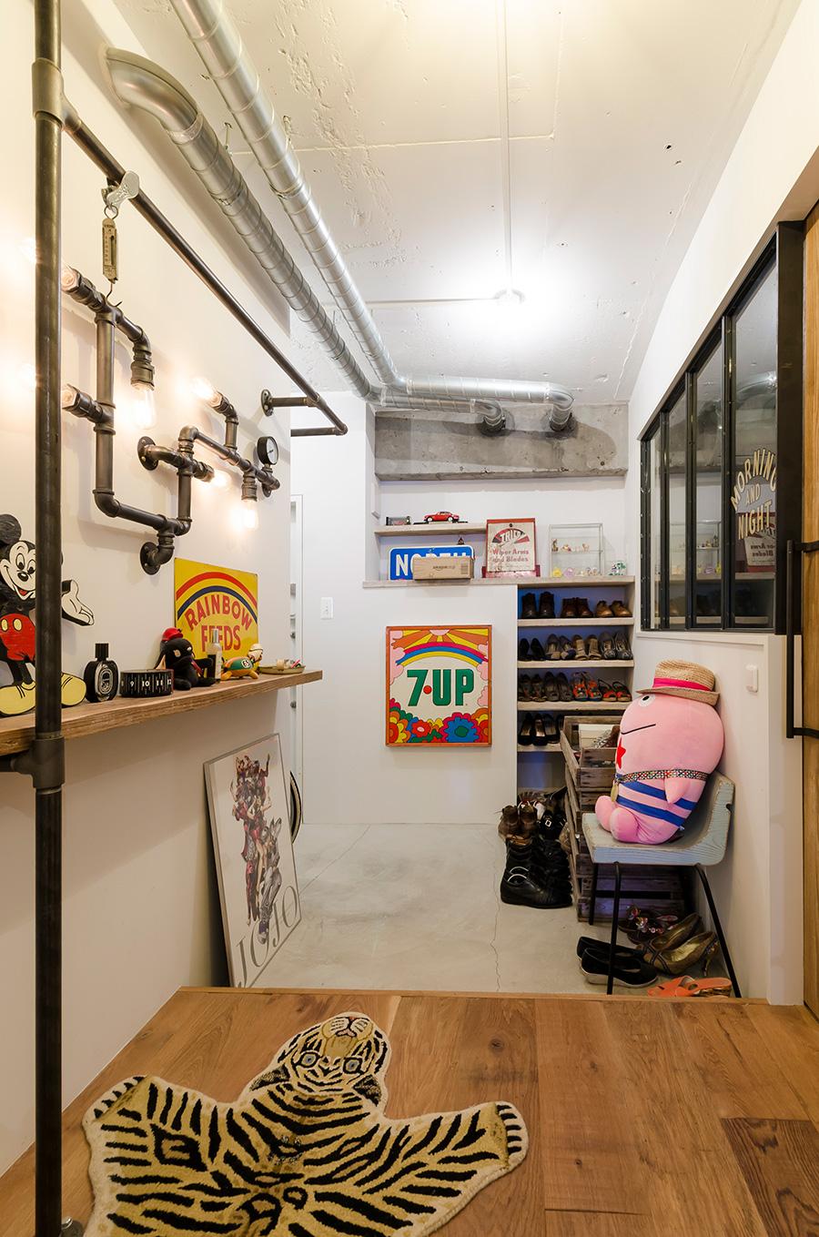 玄関床はモルタル、室内の床はラフに使えるよう丈夫なオークの無垢材で統一。