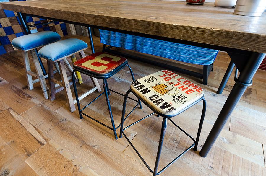 右の2脚はタイのホームセンターにて1つ600円で購入したパイプ椅子。