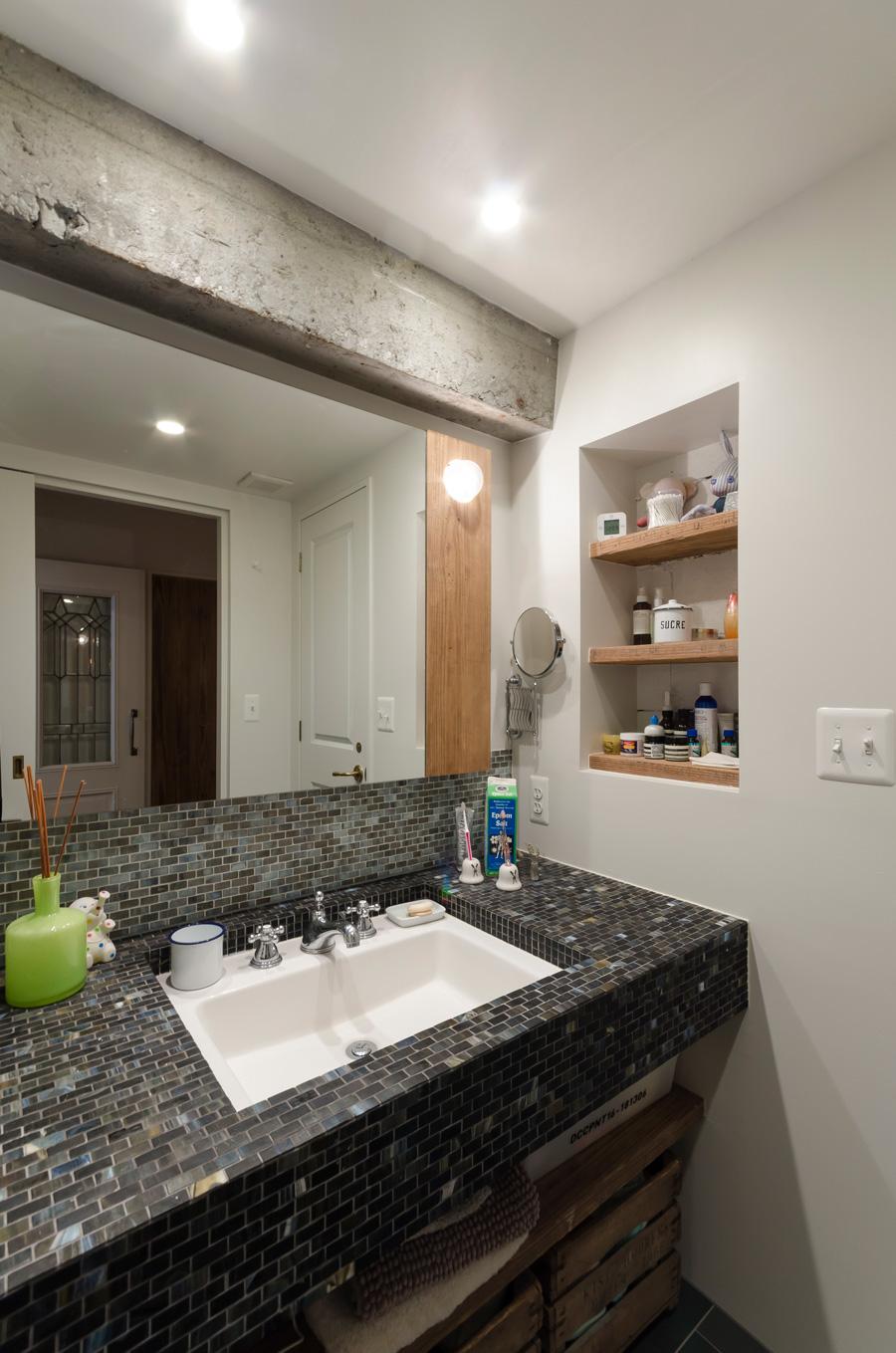 トイレ内には手洗い場を設けず、浴室前の洗面台と兼ねることで広いスペースを確保。