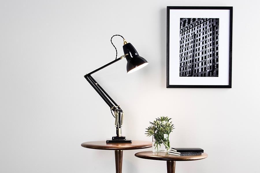 真鍮パーツとツイストコードが美しいプロポーションを引き立てるクラシカルなモデル。
