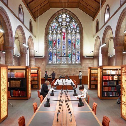 スコットランドの伝統校セントアンドルーズ大学の図 書室。時を超越したモダンなブラックモデルは、重 厚なアーチ構造建築でも静かな存在感を放つ。