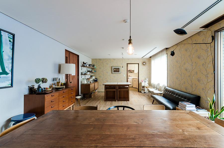 外国人も多く暮らすヴィンテージマンション。繁華街に近いのに静謐な空気感が漂う。フィラメントがレトロな白熱電球はロフトで購入。