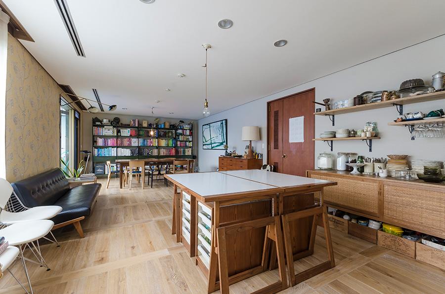 料理教室で作業台として使っているのは、ドイツのバウハウスのデッサン机。美術教室のような雰囲気が面白い。