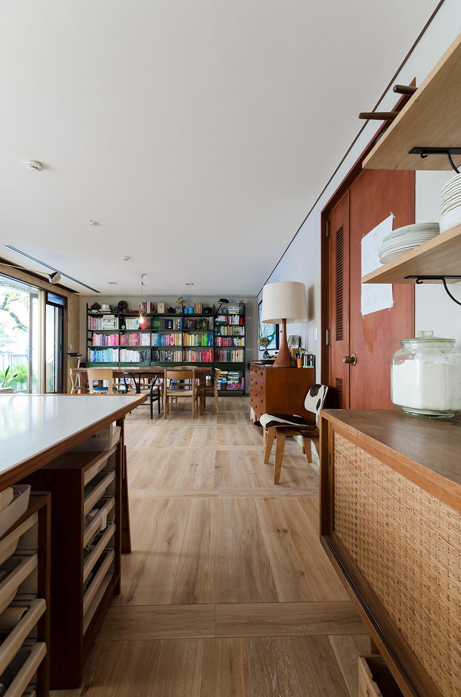 床は学校風の市松張りなど色々と考え、自分でアレンジ。規則的でリズミカルなところが、部屋のアクセントに。