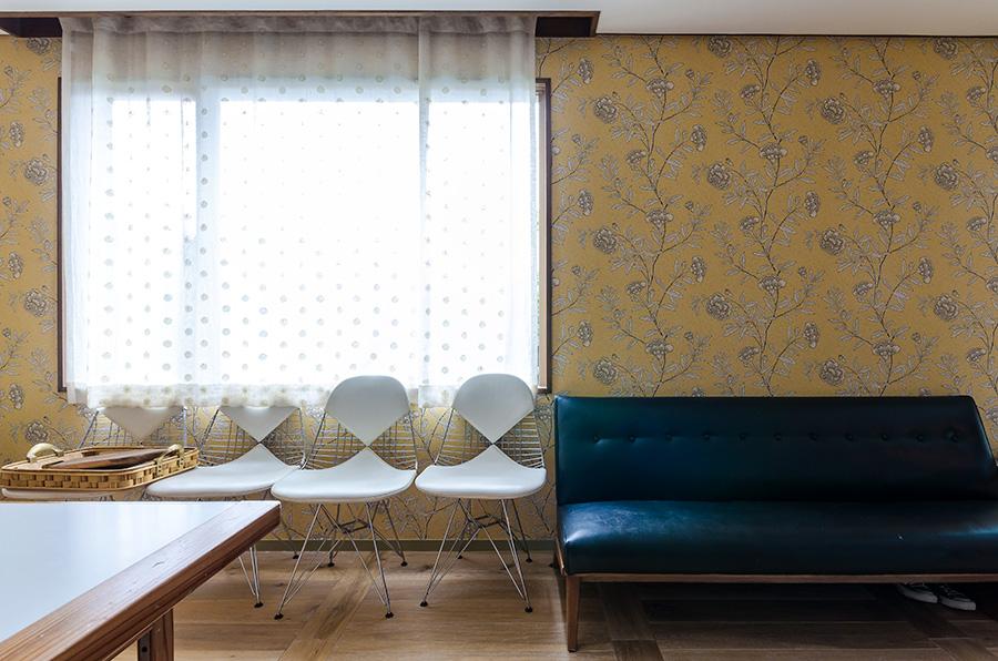 サンダーソンの明るくソフトな色合いの壁紙を採用。イサムノグチのソファー、イームズは昔からの所蔵品。