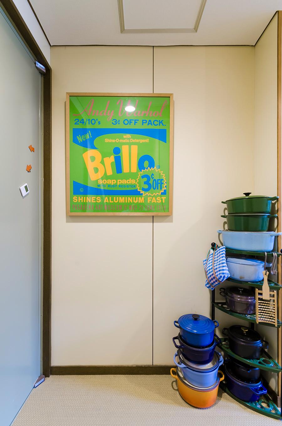 ポップなアンディ・ウォーホルのポスターも、カラーを合わせればなじむ。ストウブのお鍋がカラフルで楽しい。