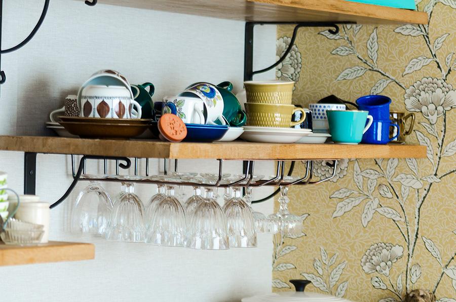 北欧のコーヒーカップやグラスは見せる収納を意識して。棚は夫がDIYで取り付けた。
