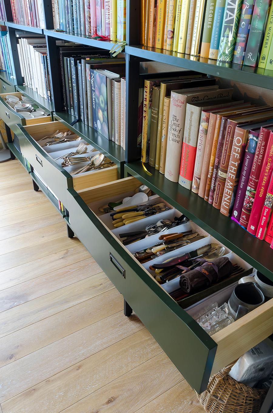 本棚にはカトラリー専用の引き出しをリクエスト。
