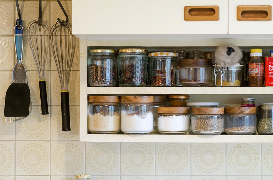 造り付けの棚にちょうど収まるサイズの小瓶を使って、スパイスや調味料をストック。