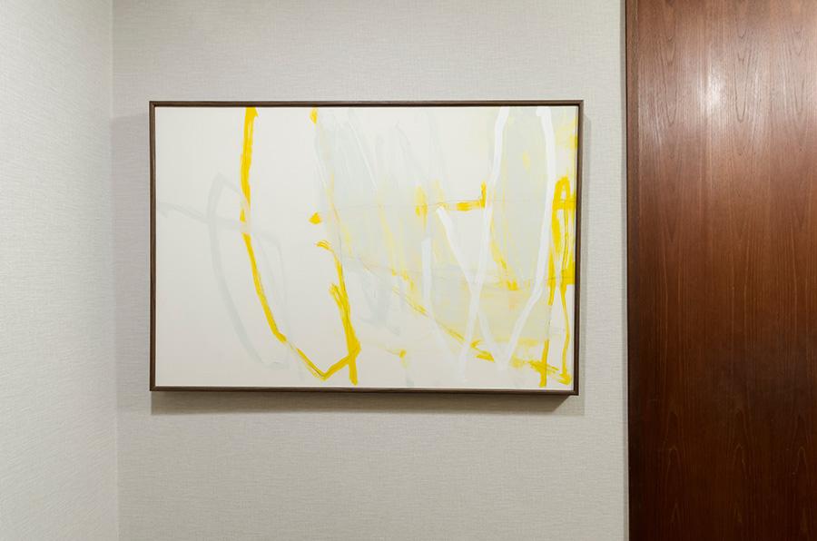 玄関にも児玉靖江さんのアートを飾る。