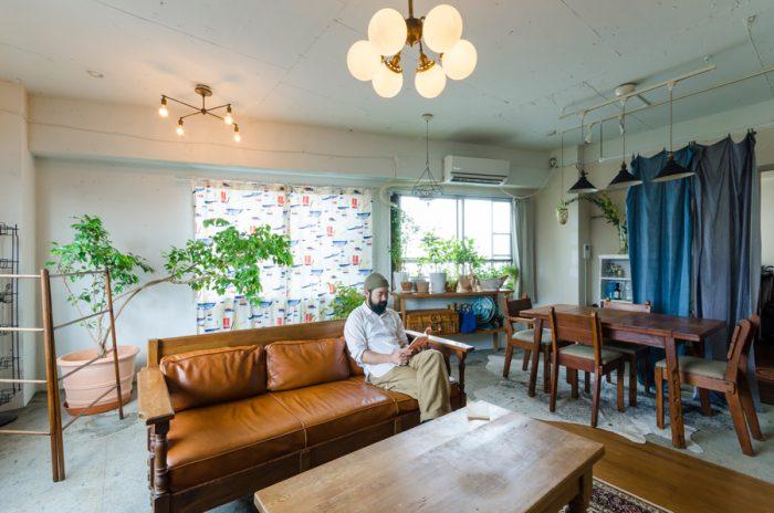 かつてはビルのオーナーが、その後は外国人が住んでいたという一室。右側の壁は後から取り付けたもの。杉村さんはアンティーク家具とヴィンテージ自転車・ライトの「POINT NO.39」「POINT No.38」を営む。