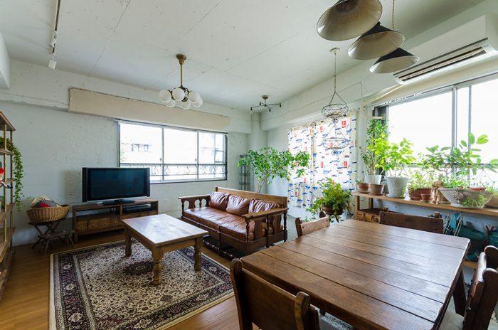2面に開口部があり明るい室内。リビング部分には板を張り、絨毯を敷いてクラシカルな雰囲気に。
