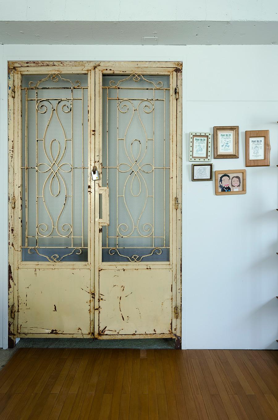 錆び付いた金属の扉はもともとあったもの。「ちょっと可愛すぎるかなと思っていますが…」。