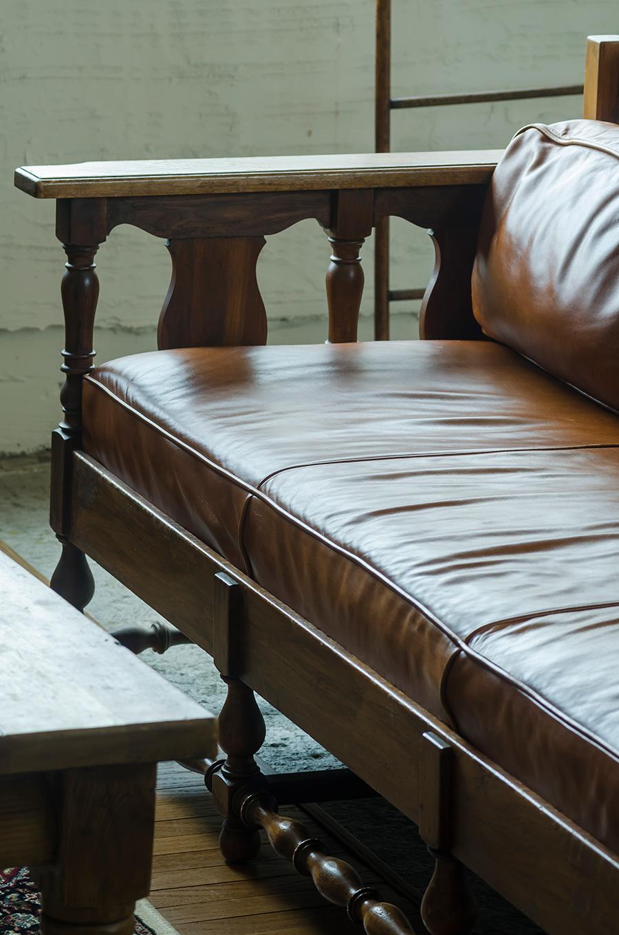 ソファーの手すりとテーブルの脚。出自の違うものもディテールで揃えればマッチする。